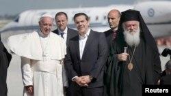 Архиепископот Јеронимос, грчкиот премиер Алексис Ципрас и папата Франциско на островот Лезбос