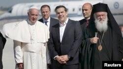 Папа Римський Франциск (л), прем'єр-міністр Греції Алексіс Ципрас (ц), патріарх Варфоломій (п), острів Лесбос, Греція, 16 квітня 2016 року