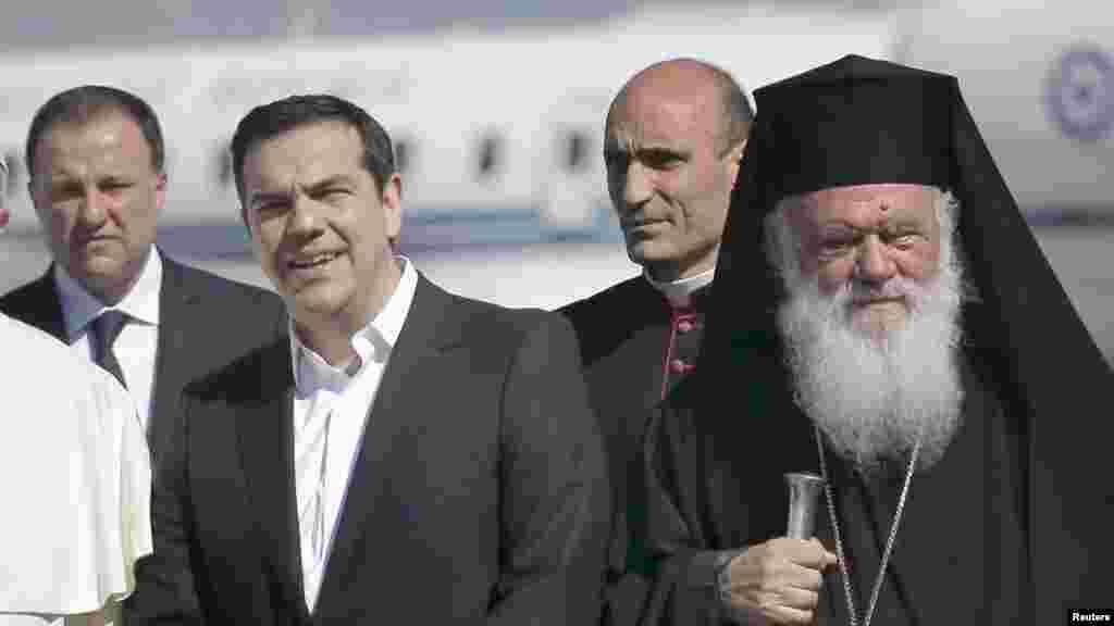 ГРЦИЈА - Грчкиот архиепископ Јеронимос смета дека прашањата, како што е она со спорот со името, не се решава со протести. Изјавата на архиепископот им предходеше на масовните протести во повеќе грчки градови за, како што велат, заштита на грчкиот карактер на името Македонија.