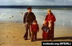 З жонкай Зінаідай і ўнукамі на акіянскім узьбярэжжы. 1970-я гады