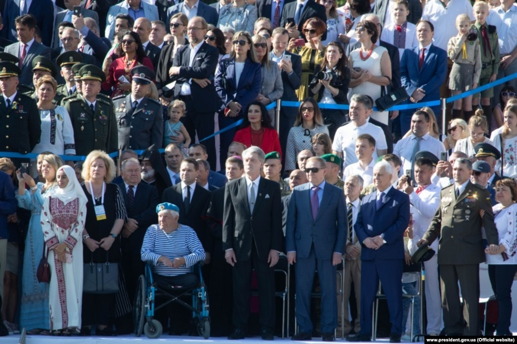 На гостьовій трибуні присутні троє колишніх президентів України – Леонід Кравчук, Леонід Кучма та Віктор Ющенко