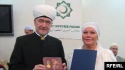 Равил хәзрәт Гайнетдин «Рухи бердәмлек» медале белән Адилә Мөслимованы буләкләде