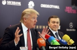 Donald Trump (left) and Aras Agalarov at a press conference ahead of the Miss Universe pageant in Moscow in 2013.
