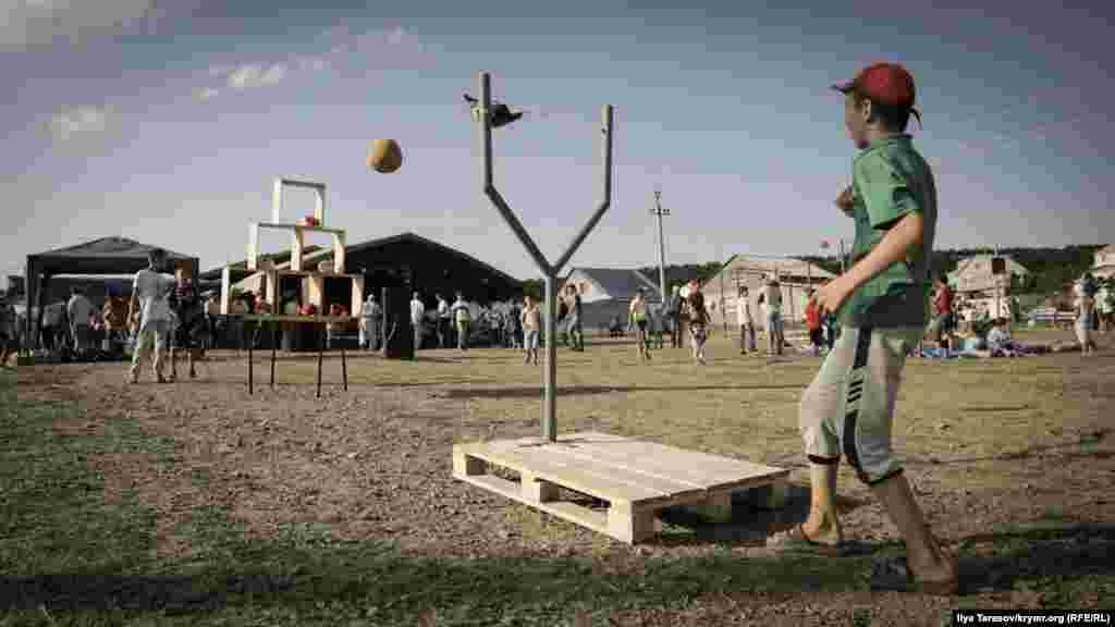 Хлопчик грає в гру «Angry Birds». Завдання – збити іграшки за допомогою великої рогатки і м'яча