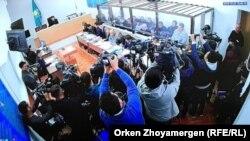 Подсудимые в стеклянной кабине и представители прессы в зале суда в следственном изоляторе ЕЦ-166/10. Нур-Султан, 22 октября 2019 года.