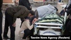 Керманшах провинциясының Сарпул-е Захаб елді мекекінде туысының қазасын жоқтап отырған әйел. Иран, 13 қараша 2017 жыл.