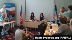 Ліворуч на фото: голова чеської організації «Народна самооборона» Нела Ліскова, яка називає себе «почесним консулом «ДНР» у Чехії»