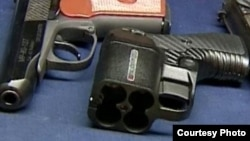 Обычный и травматический пистолеты. Иллюстративное фото.