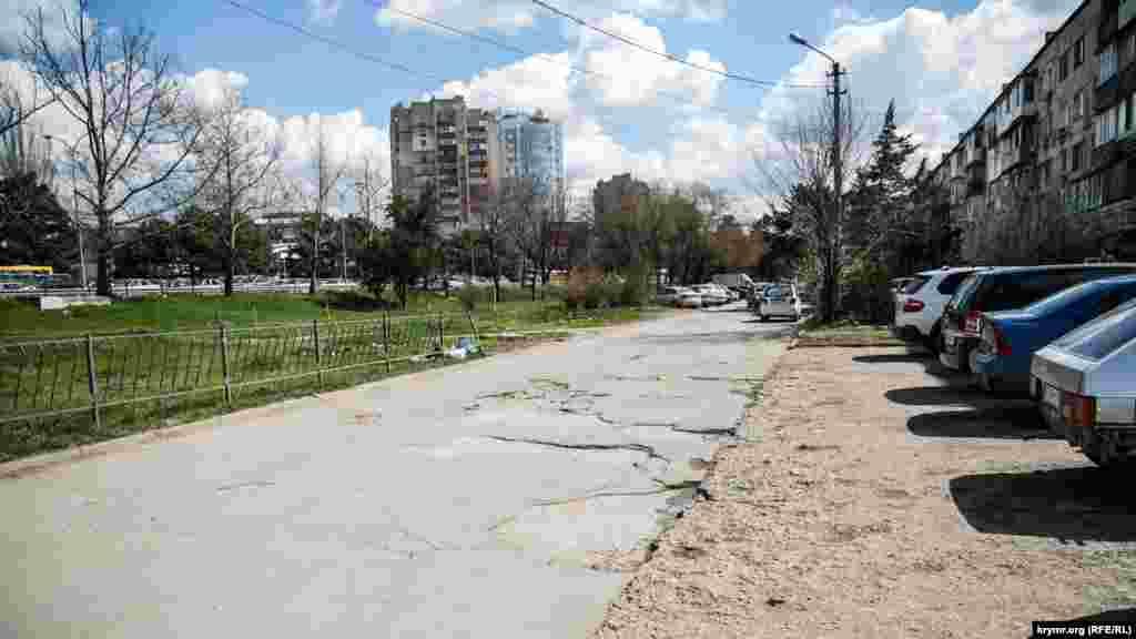 Разбитый тротуар на улице Киевской