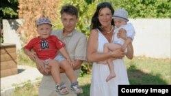 Приемные родители назвали Никиту Денисом, у них уже есть сын по имени Никита
