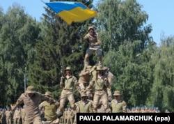 Украинские десантники демонстрируют свои навыки на военной базе во Львове, 2 августа 2017 года
