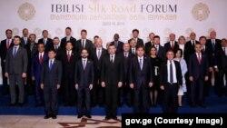 """""""აბრეშუმის გზის საერთაშორისო ფორუმის"""" მონაწილეებმა სამახსოვრო ფოტო გადაიღეს"""