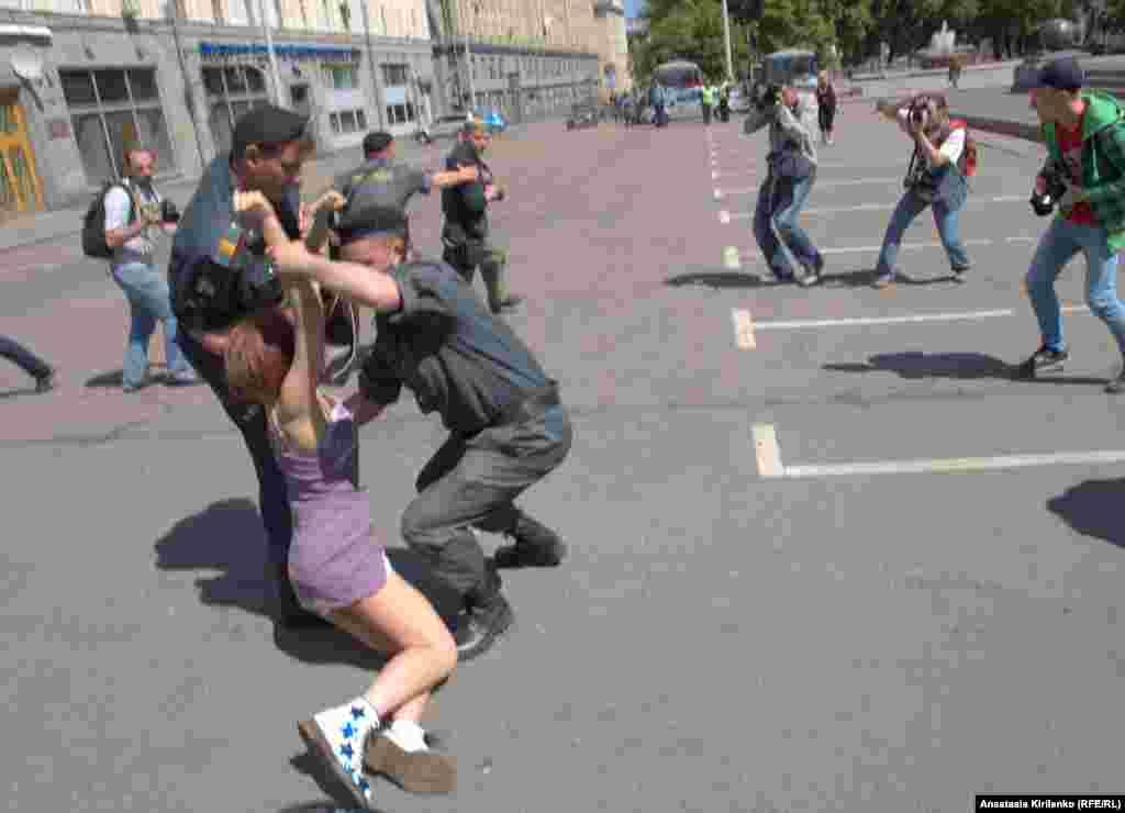 Полиция задерживает Надежду Толоконникову за участие в гей-параде, 2011 год