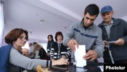 Armenia - A voter casts a ballot at a polling station in Gyumri, 2Oct2016.