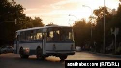 Türkmenistandaky awtobuslaryň biri.