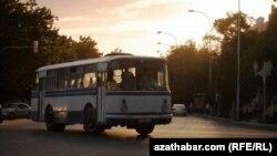 Türkmenistanda hereket edýän awtobuslaryň biri