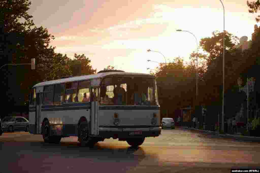 Aşgabatda gowy, täze awtobuslar köp eken, emma oba ýerlerinde henizem köne awtobuslar ulanylýar.