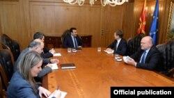 Евроамбасадорот Самуел Жбогар и премиерот Зоран Заев.