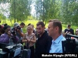 Олег и Алексей Навальный возле колонии