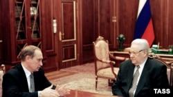 Prezident Boris Ýeltsin (S) Federal howpsuzlyk gullugynyň direktory W.Putin bilen gürleşýär. Kreml, 29-njy mart, 1999.