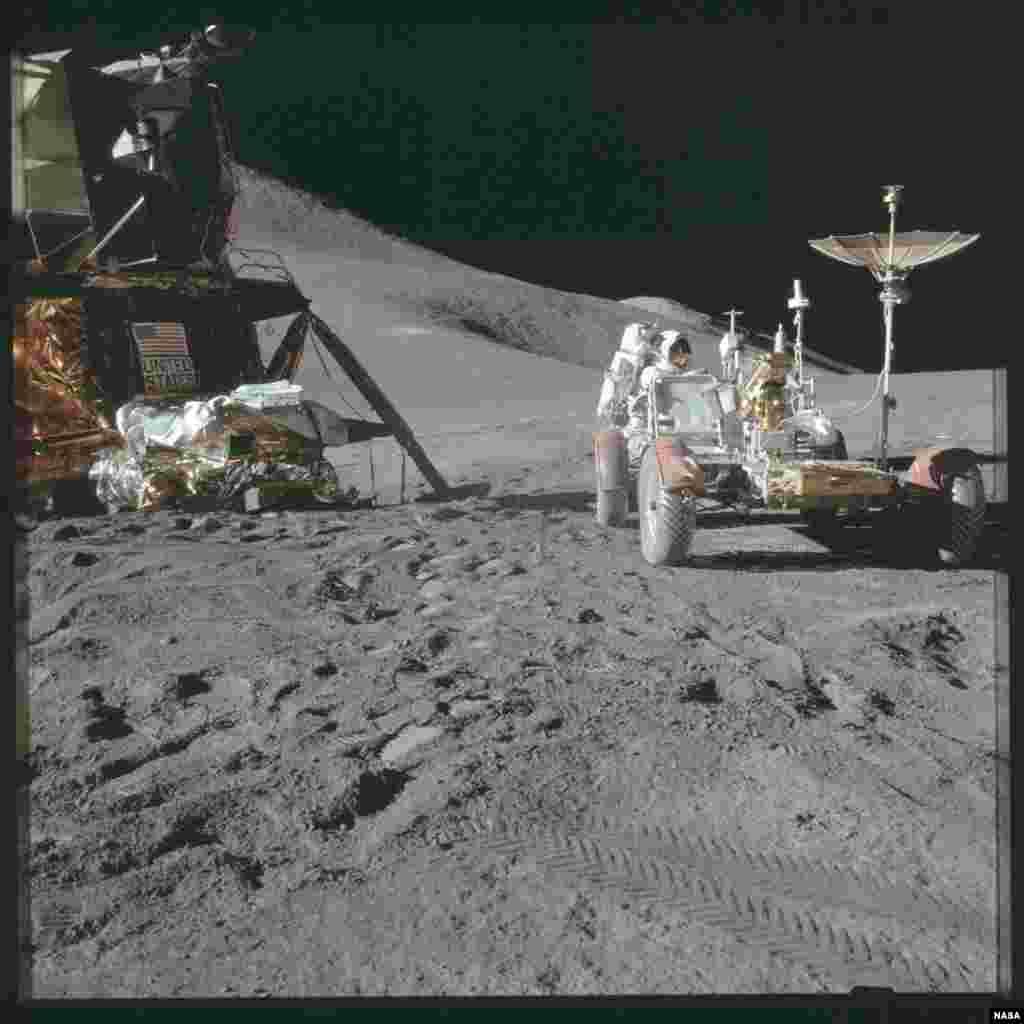 """Астронавтов, посетивших Луну, удивил ее запах. По словам многих, аромат лунной пыли похож на аромат пороха. Один из астронавтов Нил Армстронг говорил, что она пахнет как """"мокрый пепел в камине""""."""