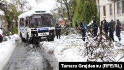 Până au venit armata şi serviciile speciale a intervenit poliţia