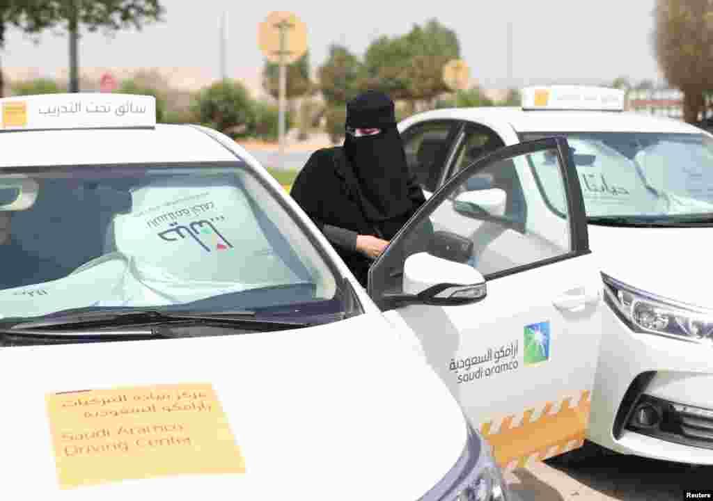 Саудовская Аравия была единственной страной в мире, запрещающей женщинам водить автомобиль. Право саудовских женщин сесть за руль активисты отстаивают с 1990 года.