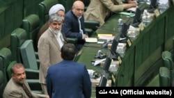 علی مطهری (ایستاده رو به دوربین) گفته که مرجع نظارت بر نمایندگان مجلس در طول دوره نمایندگی مشخص نشده است.