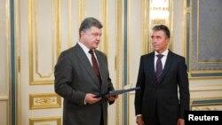 Petro Poroshenko (majtas) dhe Anders Fogh Rasmussen gjatë një takimi të mëparshëm