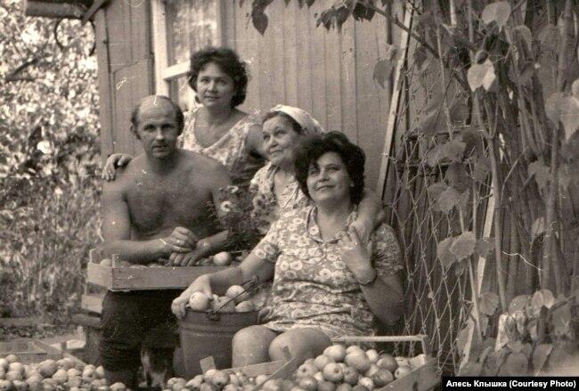 Алесь Клышка с мамой и сестрами