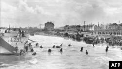 """Канадские солдаты высаживаются на пляже """"Джуно"""" – с велосипедами"""