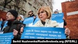 До мітингу під посольсьтвом ЄС долучилася колишня заручниця сепаратистів Ірина Довгань (на фото)