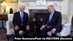 Британскиот премиер Борис Џонсон и американскиот потпретседател Мајк Пенс