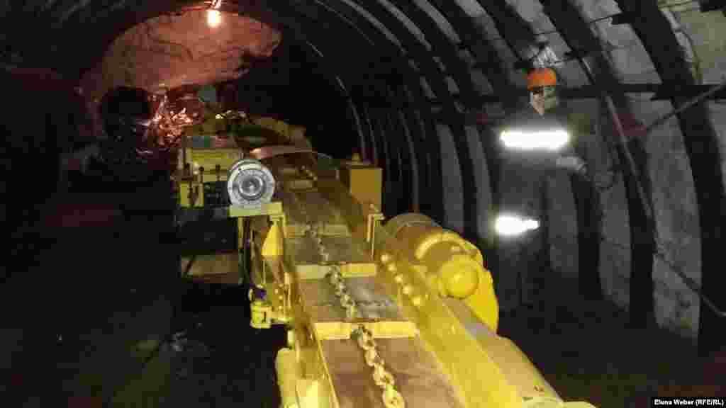Желающим спуститься в шахту сначала предлагается пройти небольшой инструктаж. Людей просят соблюдать меры безопасности. При желании можно попросить экскурсовода показать, как работает, например, горнопроходческий комбайн, и даже попробовать им управлять.
