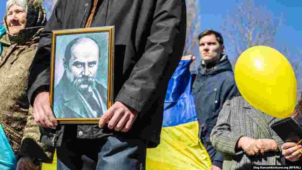 Здесь удалось провести шествие с портретом Кобзаря, под украинским флагом, в вышиванках. Любовь к творчеству и тоска по Украине объединила поколения: рука об руку прошли старики и крымская молодежь
