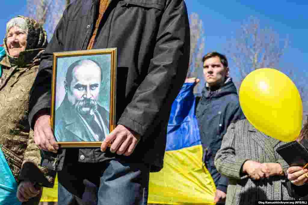 Тут вдалося провести ходу з портретом Кобзаря, під українським прапором, у вишиванках. Любов до творчості й туга за Україною об'єднала покоління: пліч-о-пліч пройшли люди похилого віку і кримська молодь