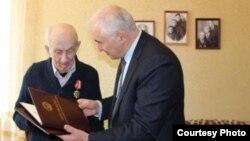 90-летний Знаур Гассиев – ветеран осетинской политики и один из основоположников югоосетинской государственности. Он никогда не уходил от ответственности, не раз в самые сложные годы принимал удар на себя. Фото: osinform.ru