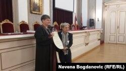 Džudit Batler (desno) prima počasni doktorat, Beograd