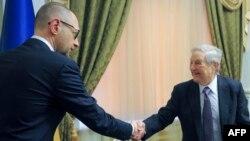 Джолдж Сорос (справа) на встрече с украинским премьером Арсением Яценюком в Киеве 5 марта