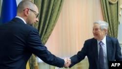Американский финансист и филантроп Джордж Сорос (слева) и премьер-министр Украины Арсений Яценюк.