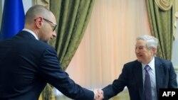 Ukraynanın baş naziri Arseniy Yatsenyk (solda) George Soros-la görüşür, mart, 2015-ci il