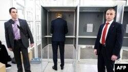 Ашынган оңчулдардын партия лидери Гирт Вилдерс жергиликтүү шайлоодо добуш берип жатат, Гаага, 3-март, 2010-жыл