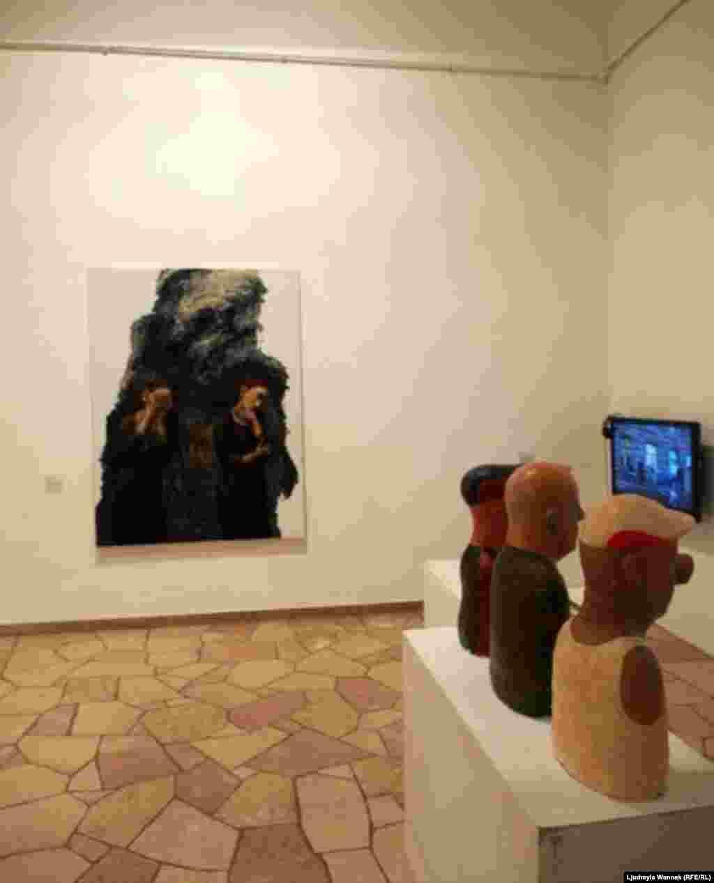 В каждом зале кроме картин, объектов, инсталляций и плакатов, стоят телевизоры, показывающие документальные фильмы о Майдане