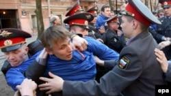 Кто будет противостоять оппозиции - обычная милиция или вооруженный ОМОН, пока неизвестно