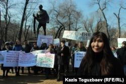 Митингіні ұйымдастырған азаматтық белсенділердің бірі Салтанат Тәшімова. Алматы, 29 ақпан 2020 жыл.