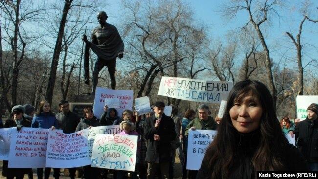 Один из организаторов митинга художник и гражданский активист Салтанат Ташимова. Алматы, 29 февраля 2019 года.