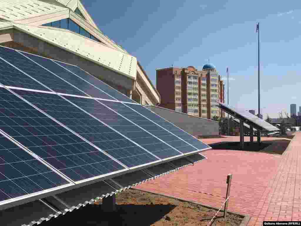 Особенность новой мечети не только в архитектурной форме, но и в том, что для обеспечения здания электроэнергией используются солнечные батареи. По словам авторов проекта, это здание с нулевым энергопотреблением.