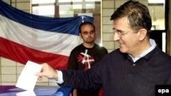 Serbiya və Çernoqoriya İttifaqının prezidenti Svetozar Maroviç müstəqilliklə bağlı refendumda səs verir, 21 may 2006