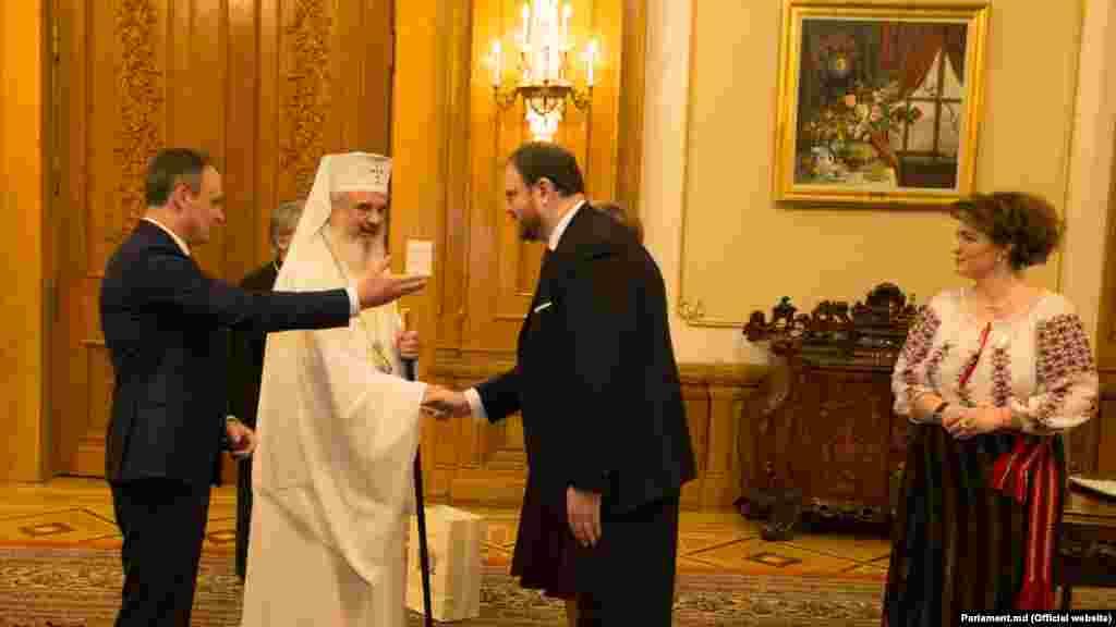 Patriarhul Daniel flancat de Andrian Candu şi Sergiu Cioclea