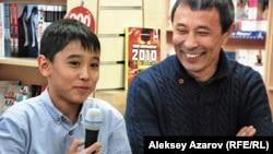 Юный актер Орынбек Молдахан и режиссер фильма Ермек Турсунов. Алматы, 28 декабря 2012 года.
